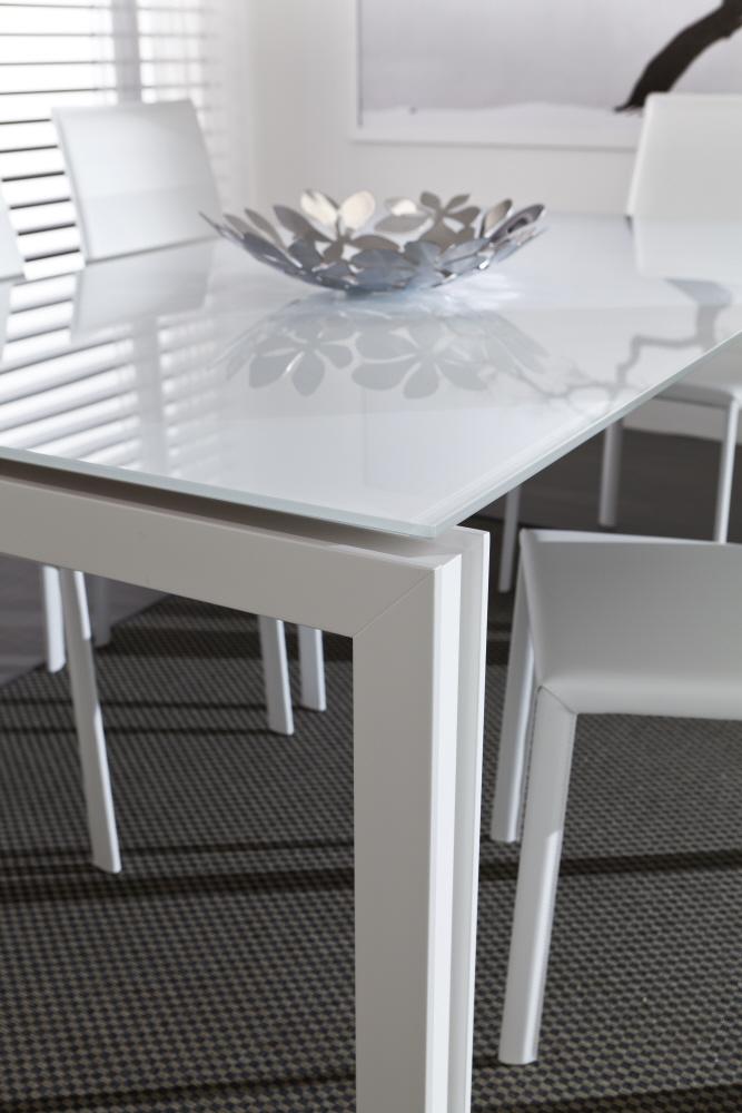 Tavoli allungabili moderni con base legno piani vetro legno for Piani a due piani moderni