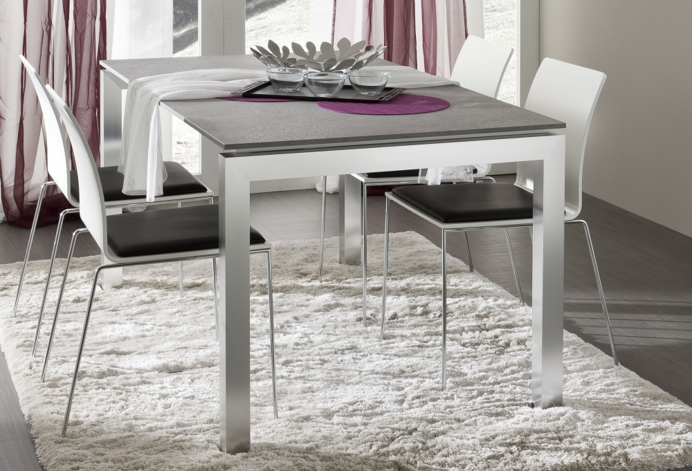 Tavoli da pranzo moderni con piano in vetro legno cristallo for Tavoli moderni in vetro